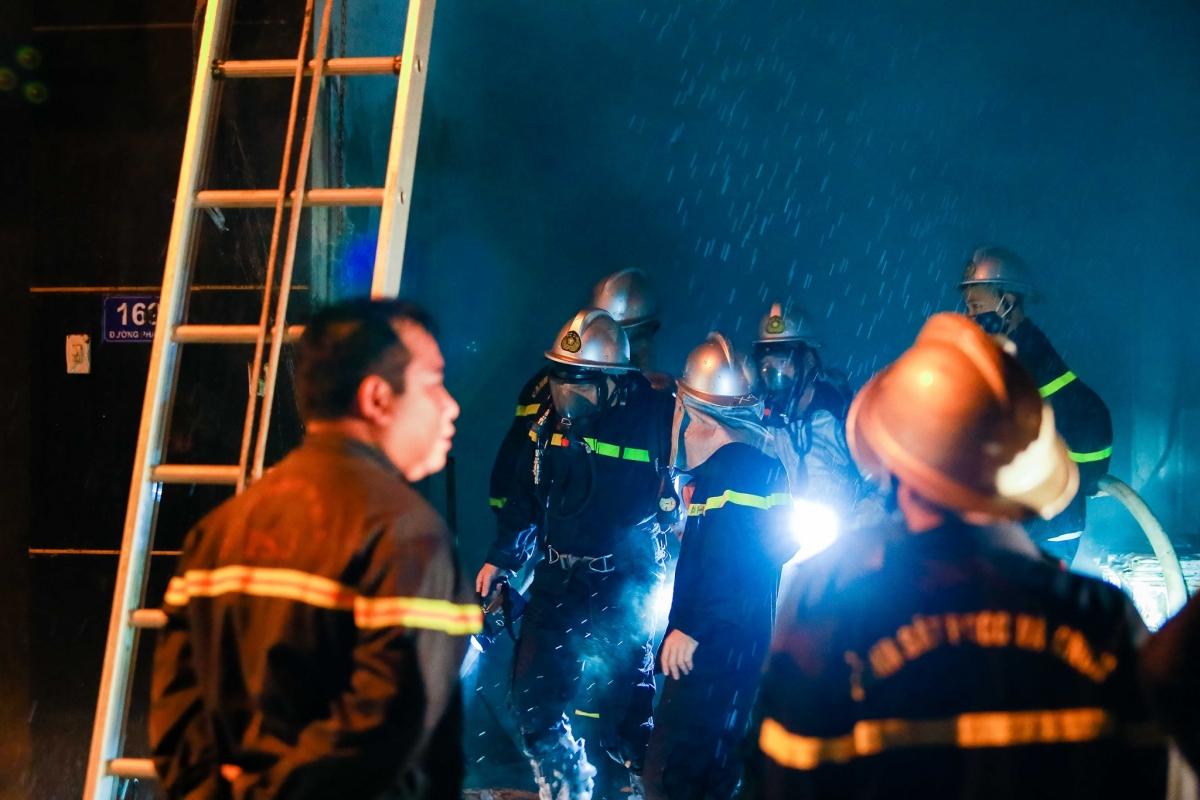 Ghi nhận tại hiện trường, lực lượng cảnh sát PCCC&CNCH phải dùng thang lên tầng 2 vào trong toà nhà để giải cứu người mắc kẹt.