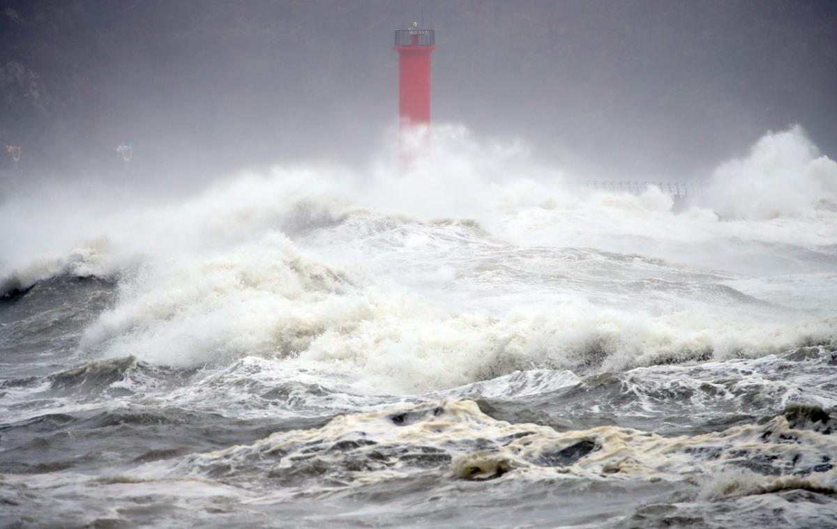 Từ nay cho đến hết năm 2020, khả năng vẫn còn 4-6 cơn ATNĐ/bão được hình thành trên biển Đông, trong đó có từ 2-4 cơn có khả năng ảnh hưởng trực tiếp đến đất liền nước ta. Ảnh: Yonhap