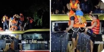 Xuyên đêm giải cứu 20 người trên xe khách bị lũ cuốn trôi ở Quảng Bình