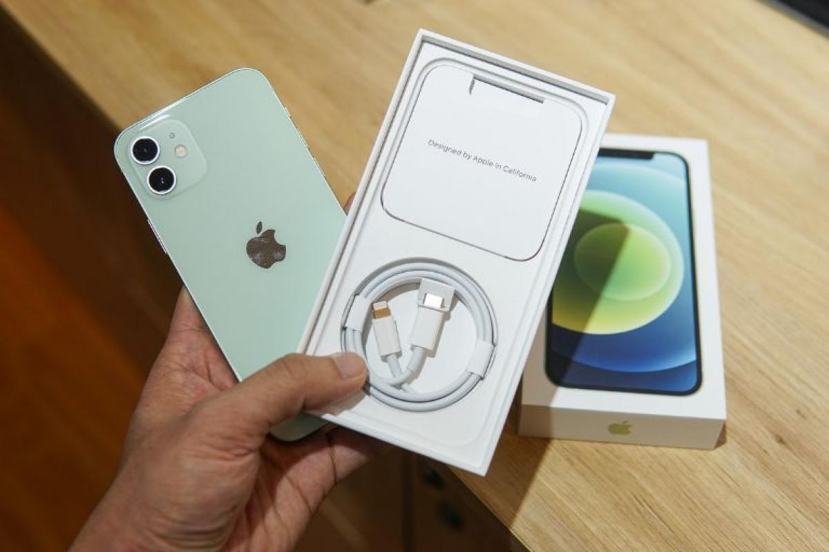 iPhone 12 có hộp mỏng hơn đáng kể so với các thế hệ trước. Bên trong hộp chỉ có sách hướng dẫn sử dụng, que chọc sim và sợi cáp USB-C - Lightning.