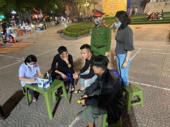 Hà Nội xử phạt người không đeo khẩu trang tại phố đi bộ hồ Hoàn Kiếm