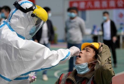 Trung Quốc bùng phát cụm dịch COVID-19 mới lớn nhất sau 4 tháng - Ảnh 1