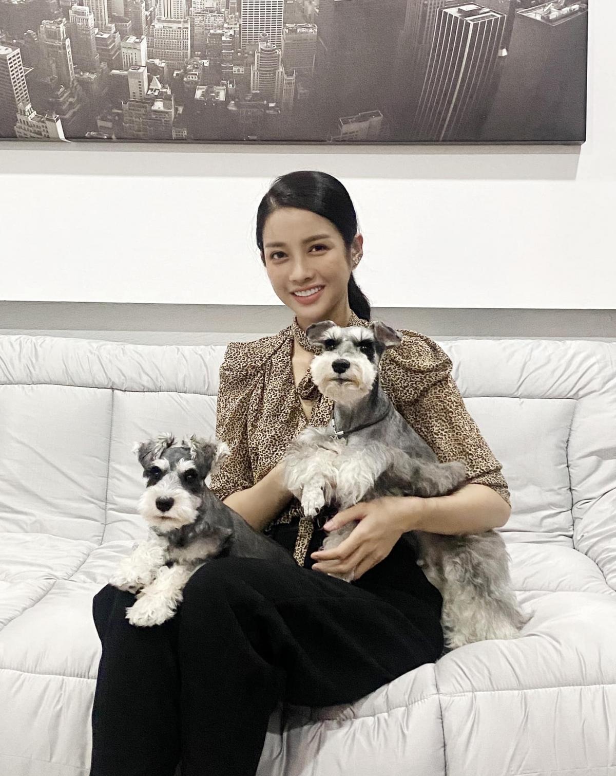 Mỹ Duyên rất yêu hai chú chó Snow - Quinn. Cô thường xuyên đăng ảnh chụp với thú cưng của mình.