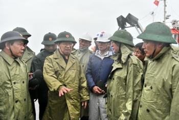 Phó Thủ tướng Trịnh Đình Dũng chỉ đạo công tác phòng chống bão số 9 tại NMLD Dung Quất