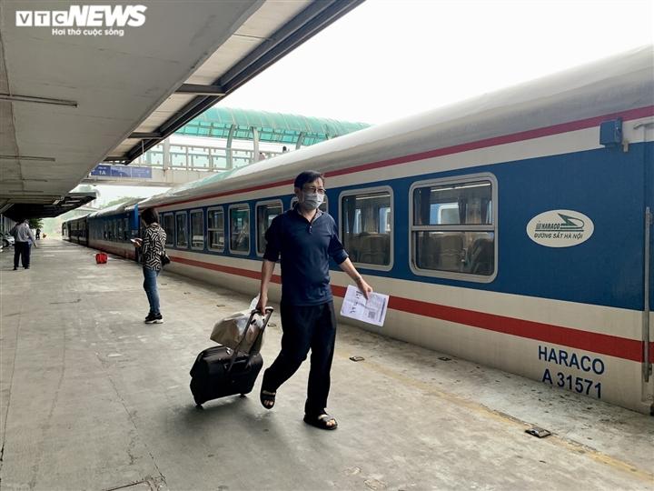 Chuyến tàu đầu tiên lăn bánh từ ga Hà Nội sau nhiều ngày dừng hoạt động - 7