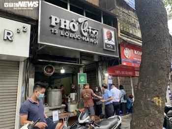 Người Hà Nội tấp nập đi ăn phở từ sáng sớm, người bán không kịp ngơi tay