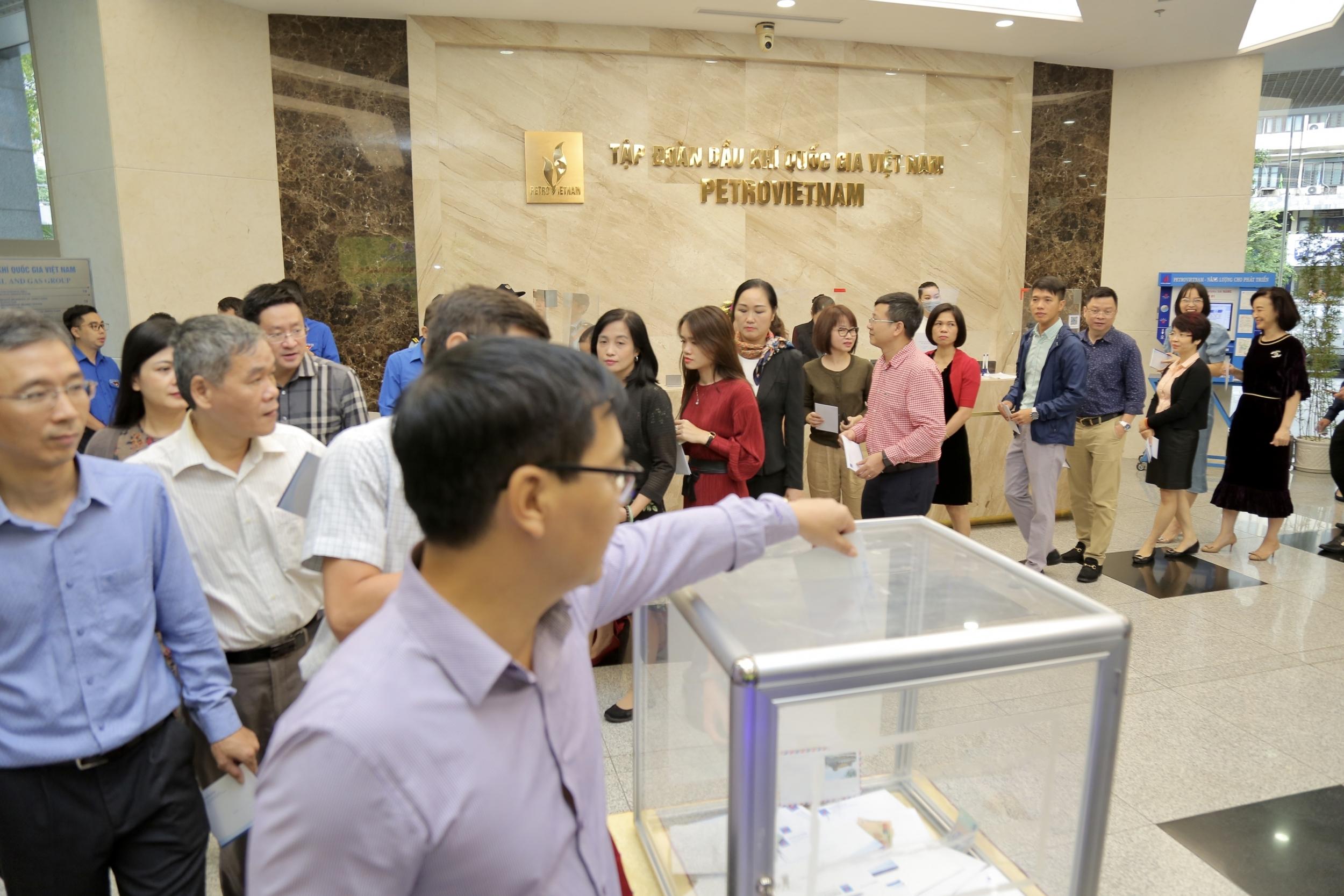 Cán bộ, người lao động Tập đoàn Dầu khí Việt Nam quyên góp ủng hộ đồng bào miền Trung