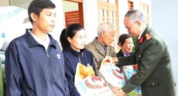 Công an Hà Tĩnh phối hợp các nhà hảo tặng quà hỗ trợ nhân dân vùng lũ Hương Khê