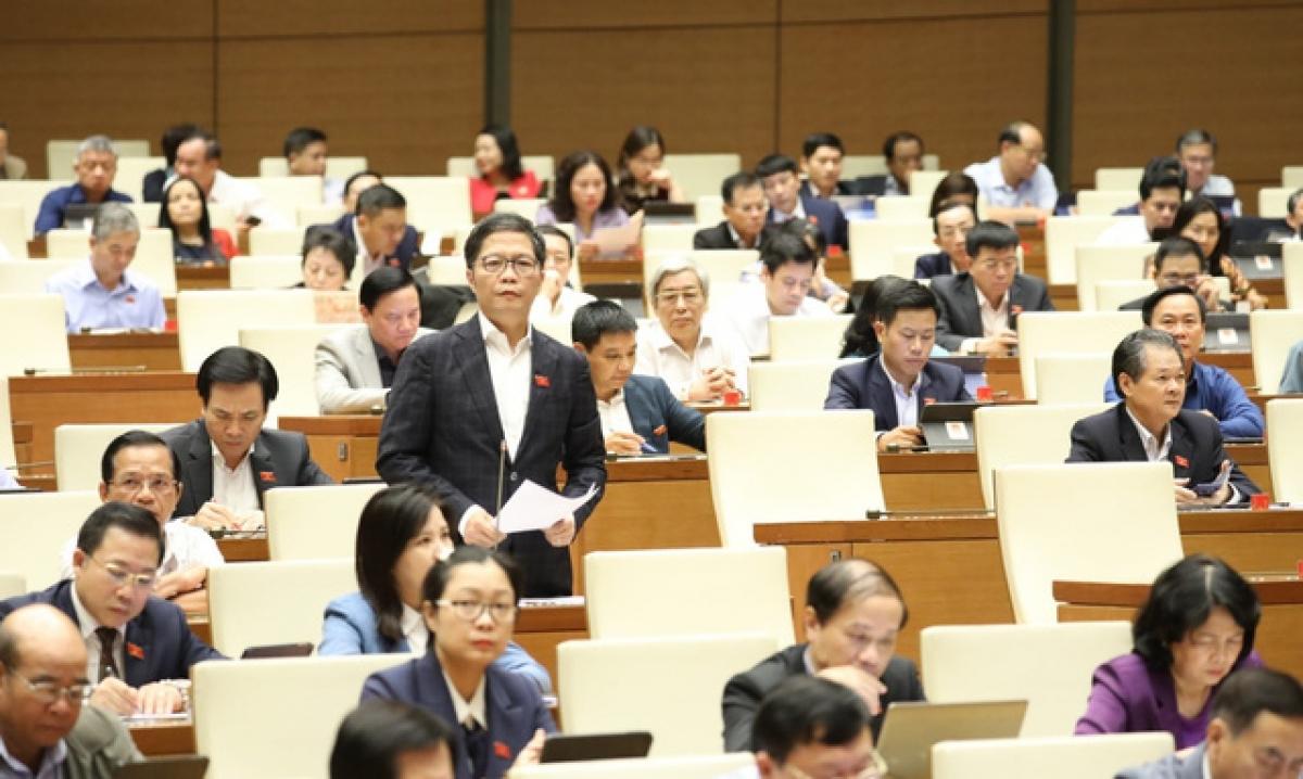 Bộ trưởng Bộ Công Thương Trần Tuấn Anh báo cáo giải trình về vấn đề thủy điện vừa và nhỏ.