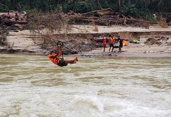 Bộ đội đu dây qua sông tìm kiếm người mất tích