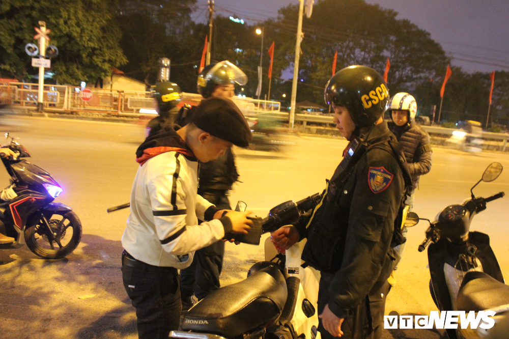 anh theo chan chien sy canh sat co dong ha noi tuan tra trong dem