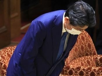 """Cựu thủ tướng Nhật Abe cúi đầu xin lỗi vì """"nói sai"""""""