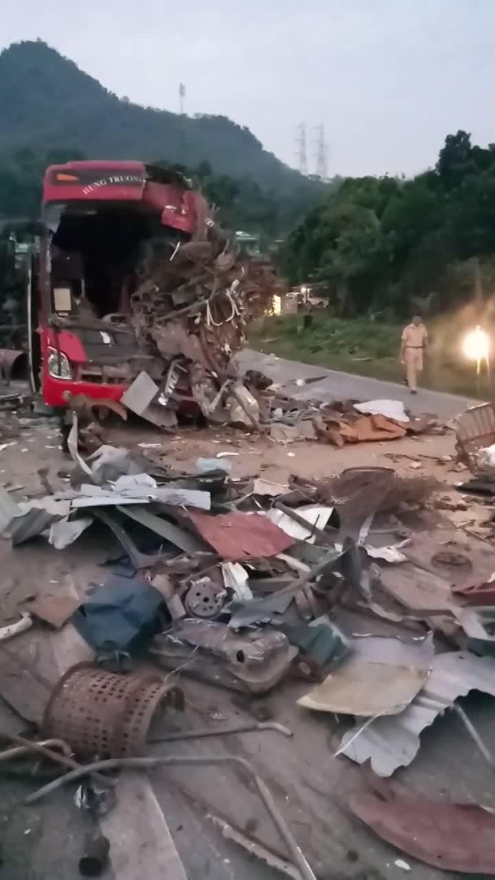 Ôtô tải tông xe giường nằm ở Hòa Bình, 3 người chết