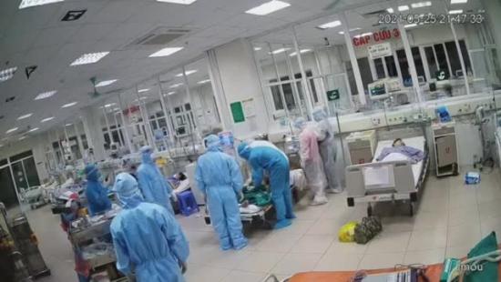 Bác sĩ ép tim liên tục cấp cứu cho bệnh nhân COVID-19