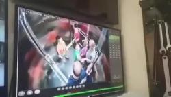 Người đàn ông lấy chân khều vùng kín, định đạp mặt bé trai trong thang máy