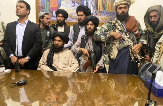 Binh lính Taliban ăn mừng bên trong dinh tổng thống Afghanistan