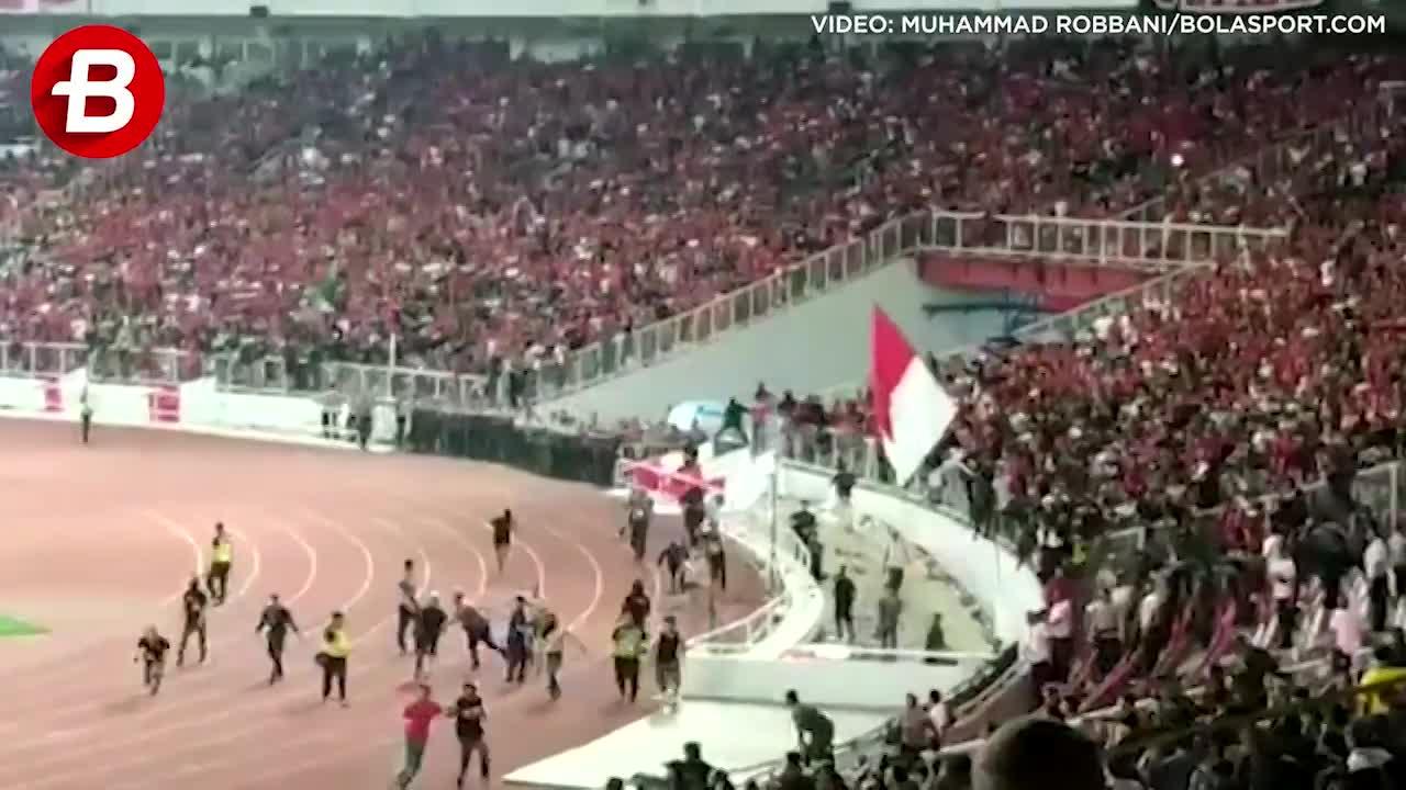 Cầu thủ Indonesia bỏ trận đấu chạy ra ngăn CĐV nhà tràn sân