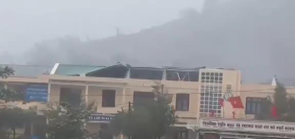 Cuồng phong thổi bay mái trường Tiểu học và THCS Phổ Minh ở Quảng Ngãi