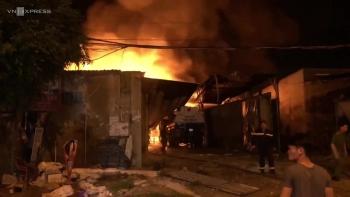Cháy bãi chứa nhiều xe bồn chở xăng dầu ở Nha Trang