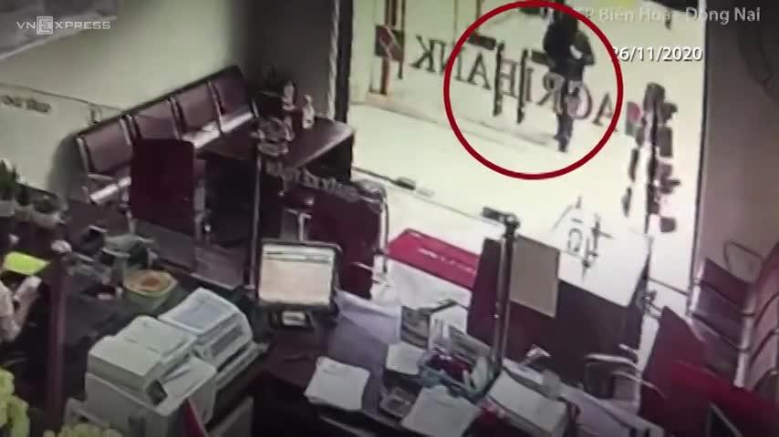 Ba phút tên cướp tấn công ngân hàng ở Đồng Nai