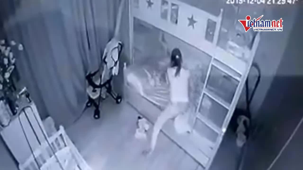 Nữ giúp việc cắm đầu bé 14 tháng xuống đất, cầm chân quay như chong chóng