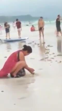 Du khách Trung Quốc chôn tã ở bãi biển